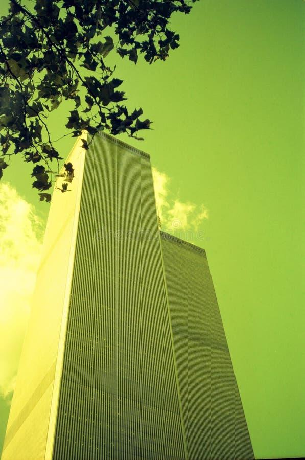Två moderna byggnader silhouetted mot horisonten i Manhattan, New York arkivfoton