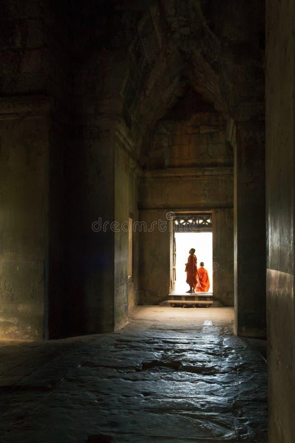 Två munkar på Angkor Wat i Siem Reap, Cambodja arkivfoton
