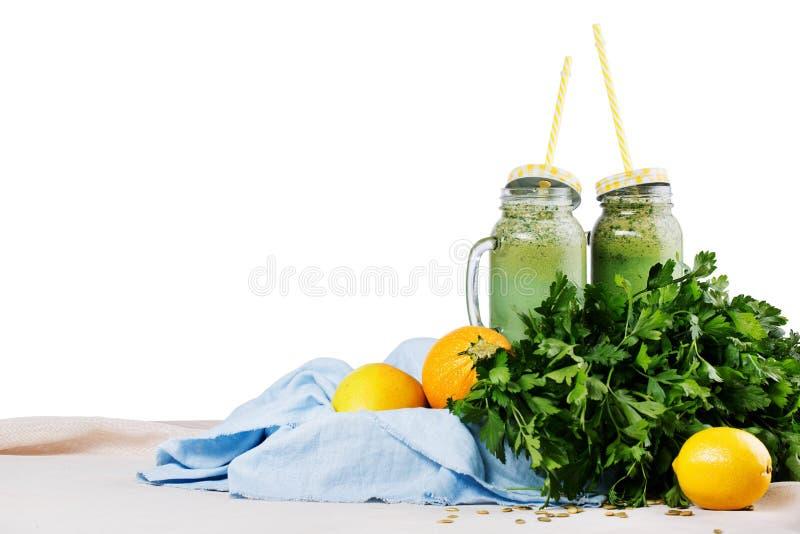 Två murarekrus av organiska smoothies från örter och grönsaken som isoleras på en vit bakgrund Strikt vegetarian och konditionbeg fotografering för bildbyråer