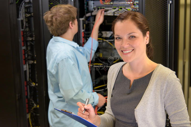 Två nätverksteknikerer i serverrum royaltyfria bilder