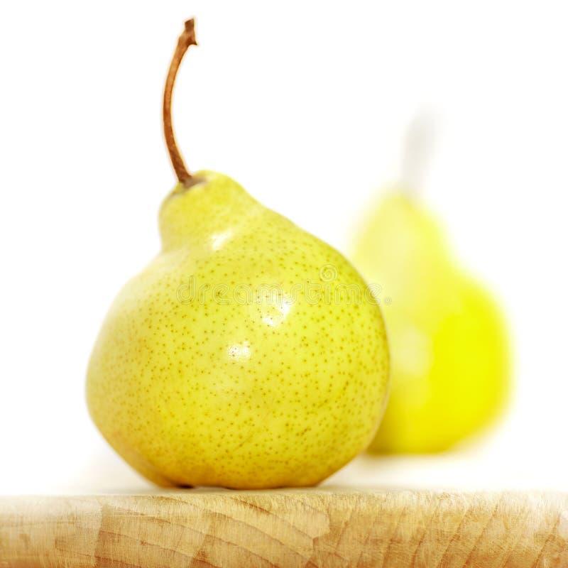 Två naturligt krokiga päron slapp fokus royaltyfria foton