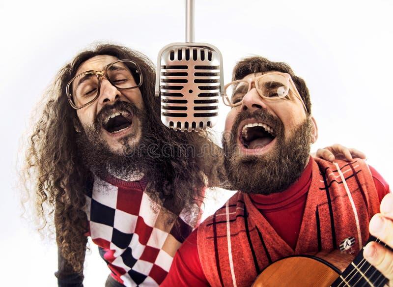 Två nerdy grabbar som tillsammans sjunger arkivbilder