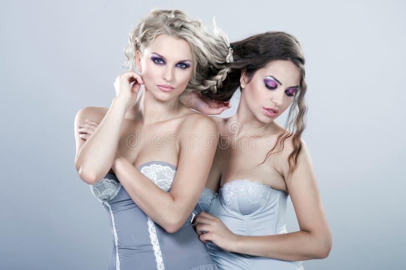 Två nicesexy unga kvinnor arkivfoton