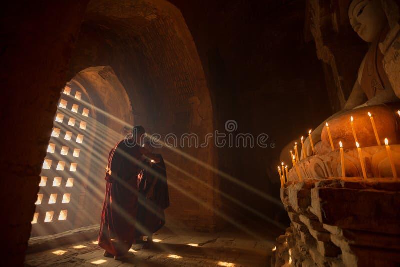 Två novismunkar i pagoden Bagan royaltyfria foton
