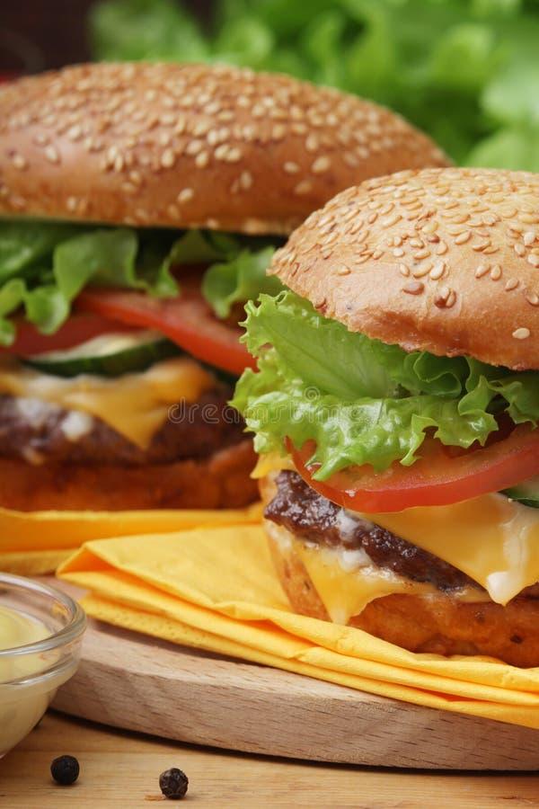 Två nya hamburgare med grönsaker fotografering för bildbyråer