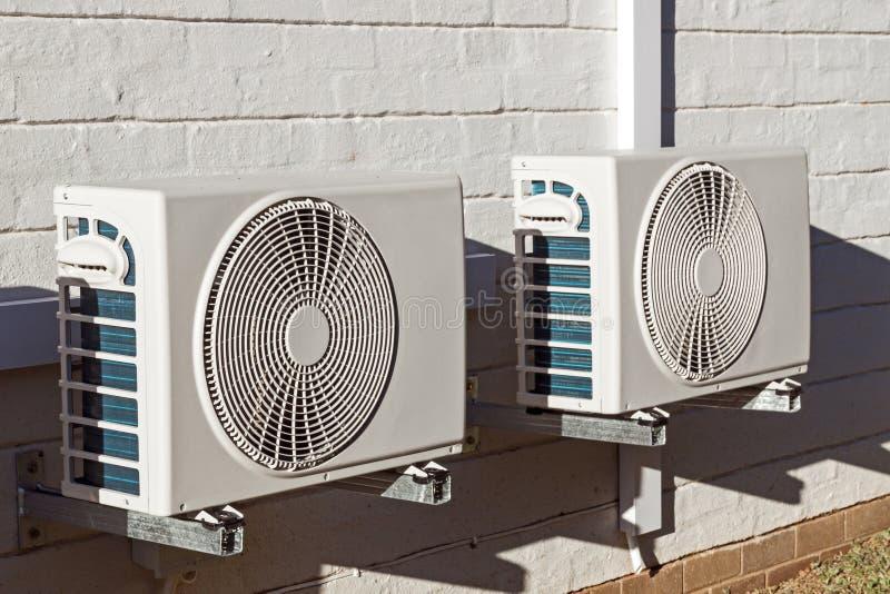 Två nyligen installerade Airconditioningenheter som monteras på Walll royaltyfria bilder