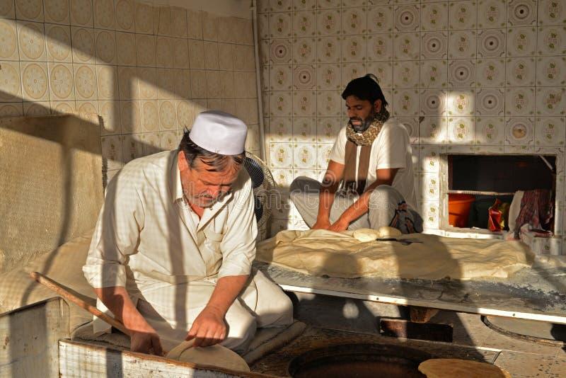 Två pakistanska bagare som gör bröd i Doha royaltyfri fotografi