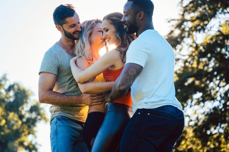 Två par som dansar i en mycket sinnlig väg fotografering för bildbyråer