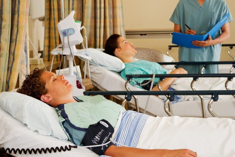 Två patienter på bårar i uppvakningsrum royaltyfri bild