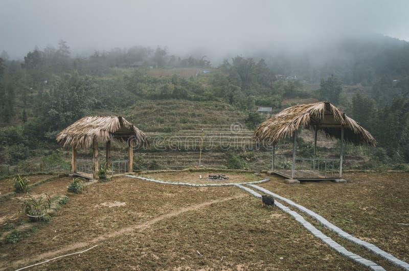 två paviljonger på kullen som observerar härliga sikt i den Sapa okresnostien arkivfoton