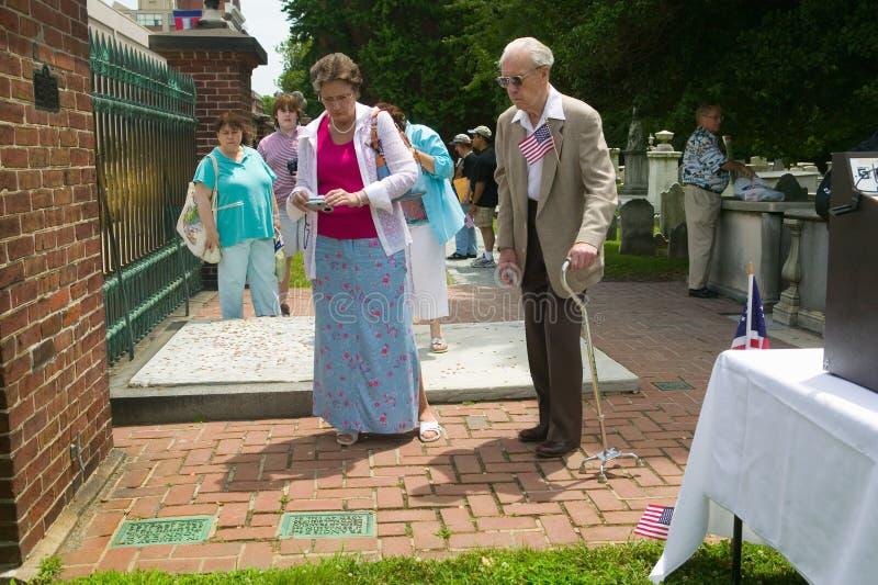 Två pensionärer ser den Ben Franklins kyrkogården royaltyfri bild