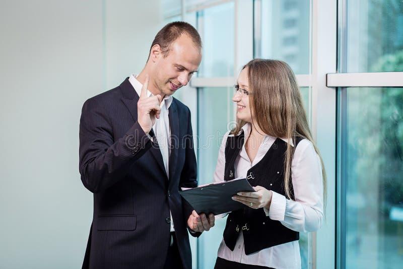 Två personer som diskuterar upp slut för affärsfråga, Businesspeoplehav arkivfoton