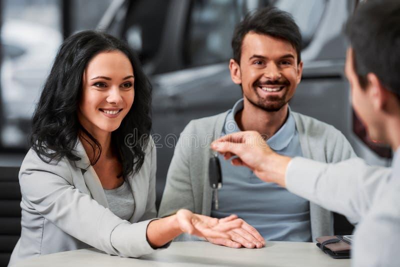 Två personer som skakar händer efter överenskommelse för kommersiell affär arkivfoto
