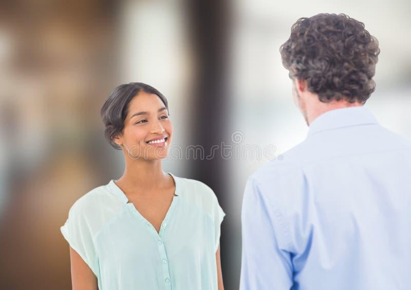 Två personer som till varandra talar fotografering för bildbyråer
