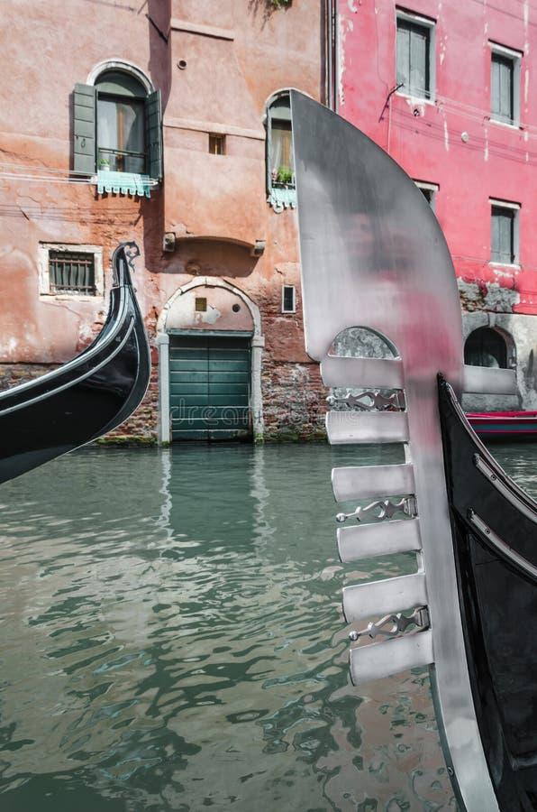 Två pilbågar av gondoler fotografering för bildbyråer