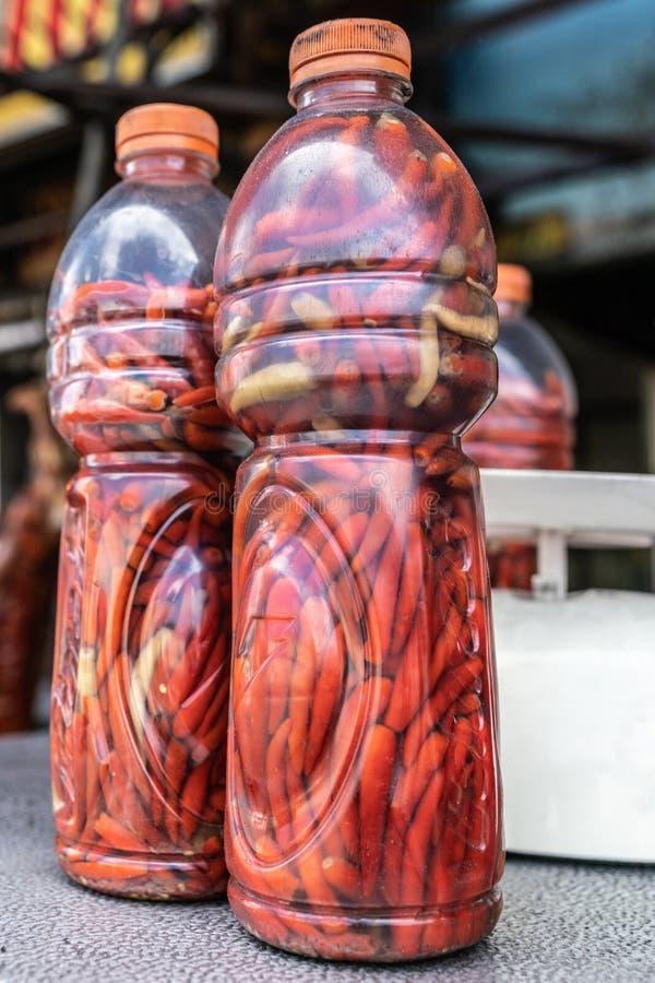 Två plastflaskor fyllda med röda morötter i Manila, Filippinerna royaltyfri foto
