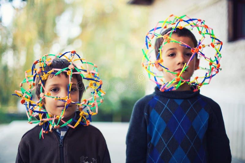 Två pojkar med konstiga hjälmar fotografering för bildbyråer