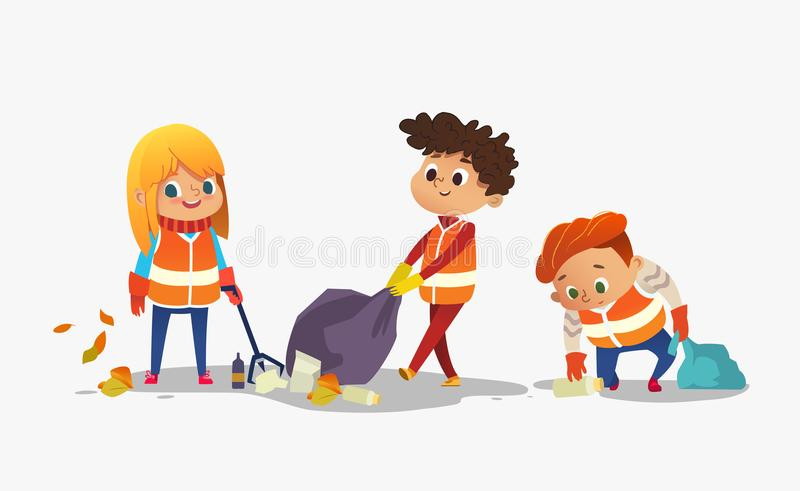 Två pojkar och flickan som bär orange västar rackar ner på mot efterkrav, för återanvändning, ungar som samlar plast-flaskor och  royaltyfri illustrationer