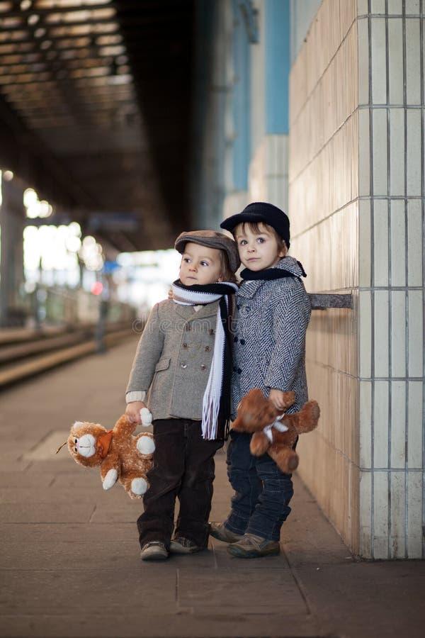 Två pojkar på en järnvägsstation royaltyfri fotografi
