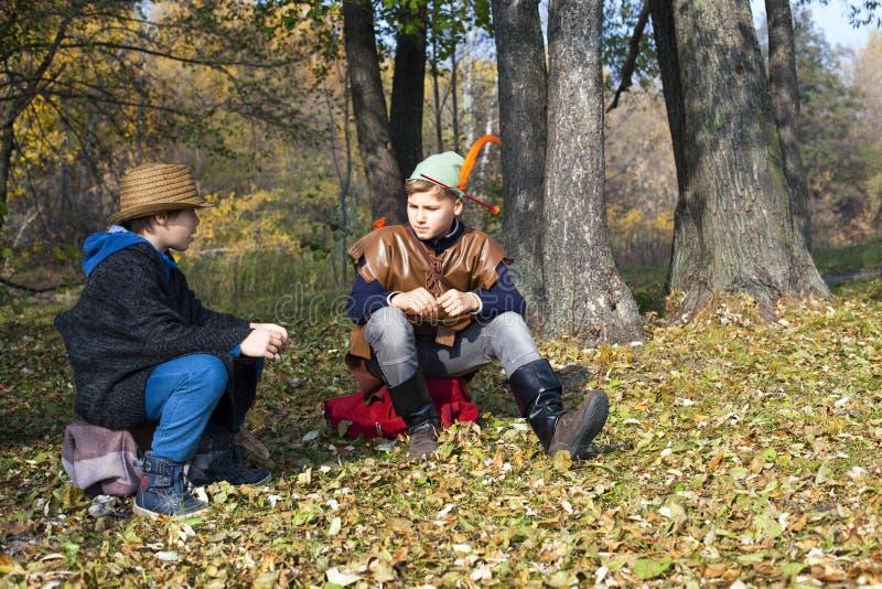 Två pojkar repeterar plats från den Robin Hood kapaciteten royaltyfri foto