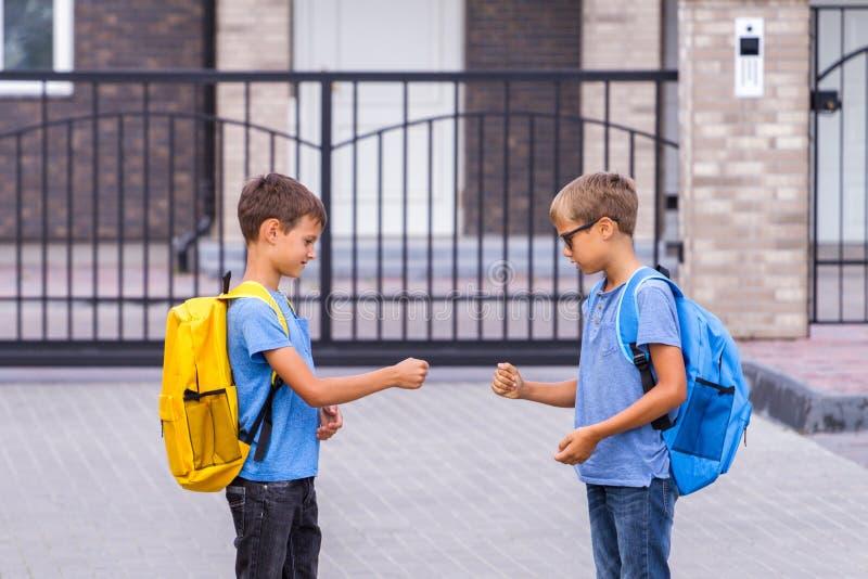 Två pojkar som att spela vaggar pappers- sax, spelar efter skola royaltyfria foton