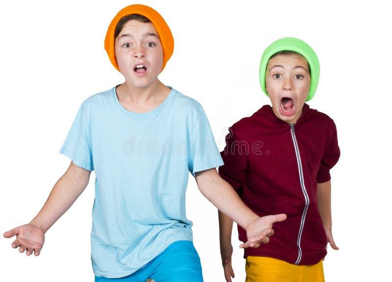 Två pojkar som ser aggressiva royaltyfri fotografi