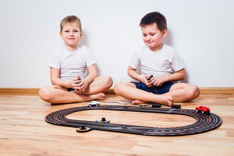 Två pojkar som spelar med barns väg arkivfoton