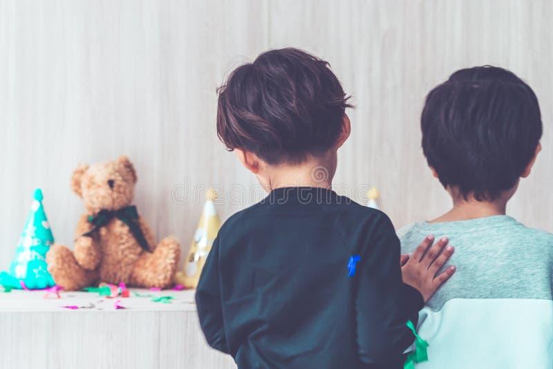Två pojkar tillsammans i födelsedagparti fotografering för bildbyråer