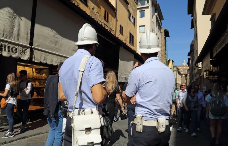Två poliser i Florence, Italien fotografering för bildbyråer