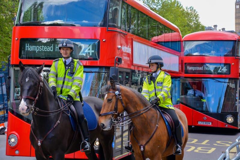 Två poliser på hästar arkivfoton