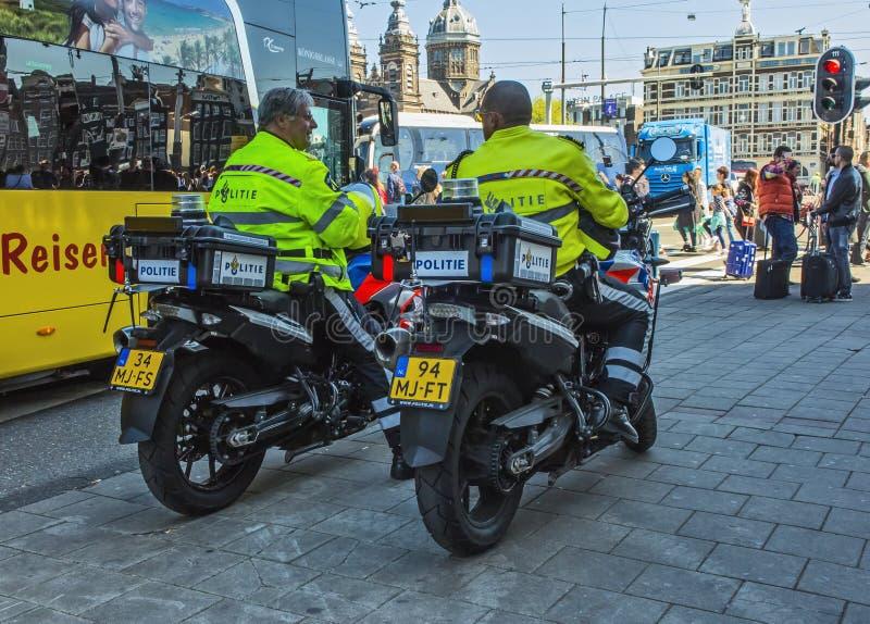 Två poliser på motorcyklar i Amsterdam royaltyfri bild