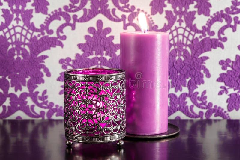 Två purpura stearinljus royaltyfri bild