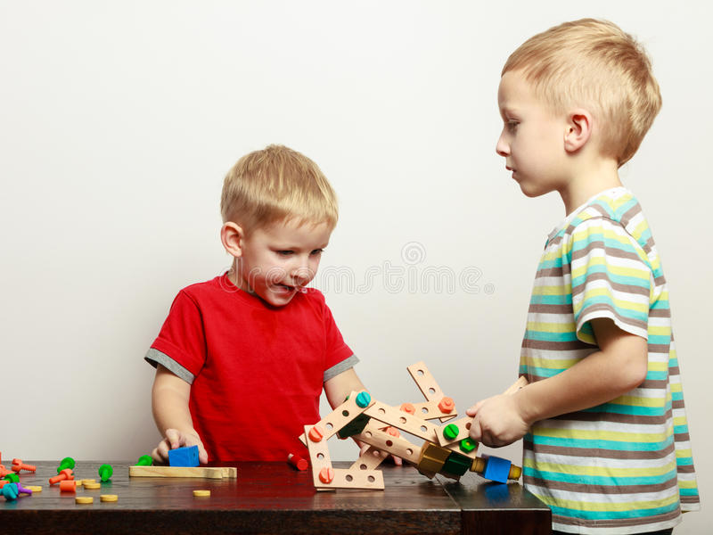 Två pyser som spelar med leksaker som har gyckel royaltyfria bilder