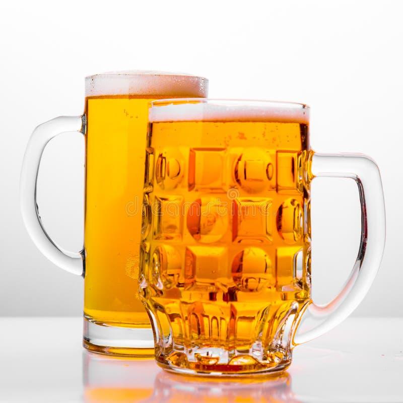 Två rånar av nytt öl med lockskum arkivfoton