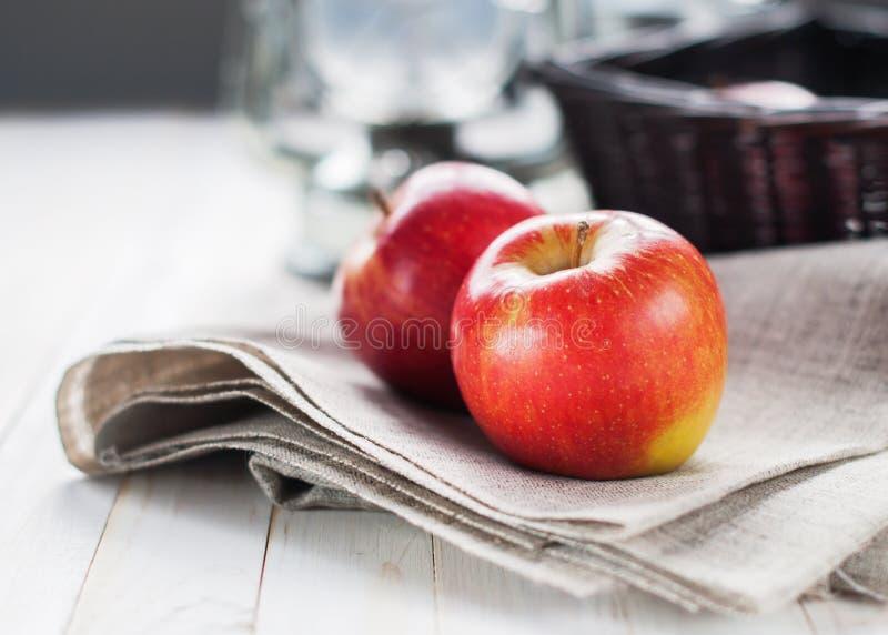 Två röda äpplen arkivbilder