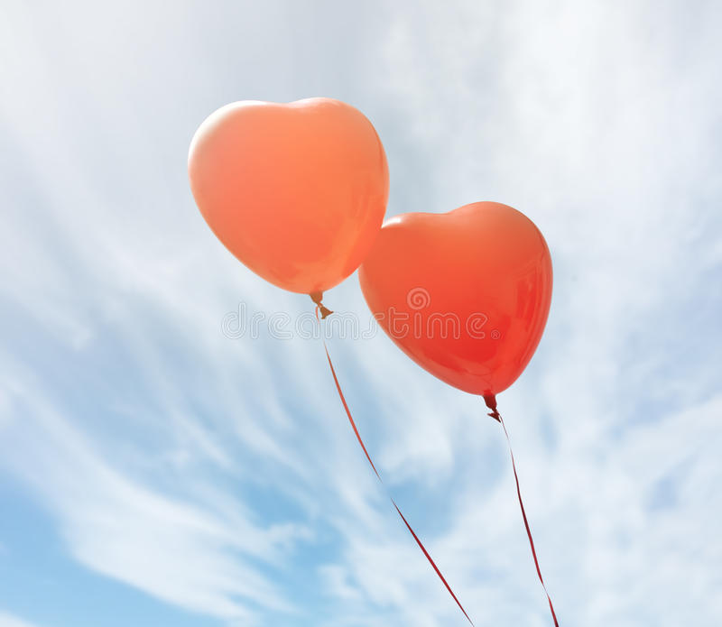 Två röda ballonger arkivbilder