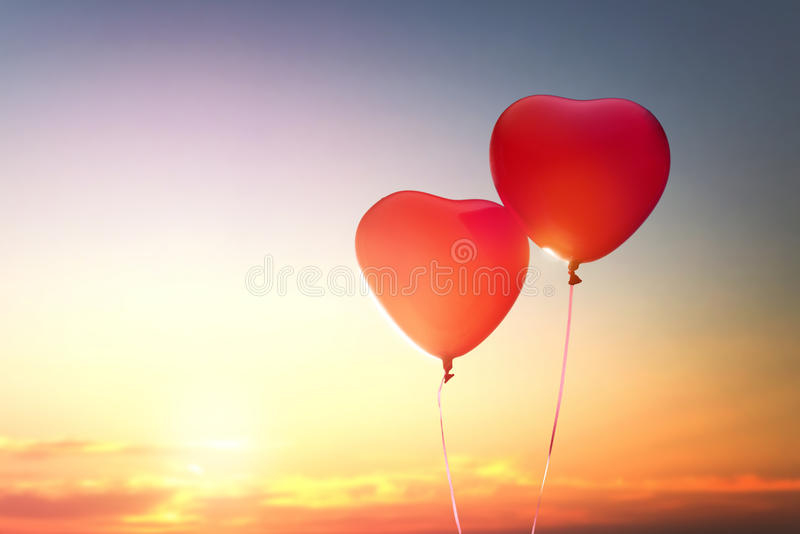 Två röda ballonger royaltyfria bilder