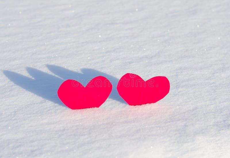 Download Två röda hjärtor i snö arkivfoto. Bild av färg, kallt - 37346886