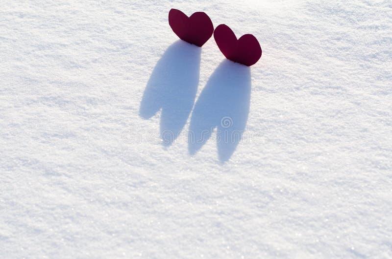 Download Två röda hjärtor i snö fotografering för bildbyråer. Bild av älska - 37349861