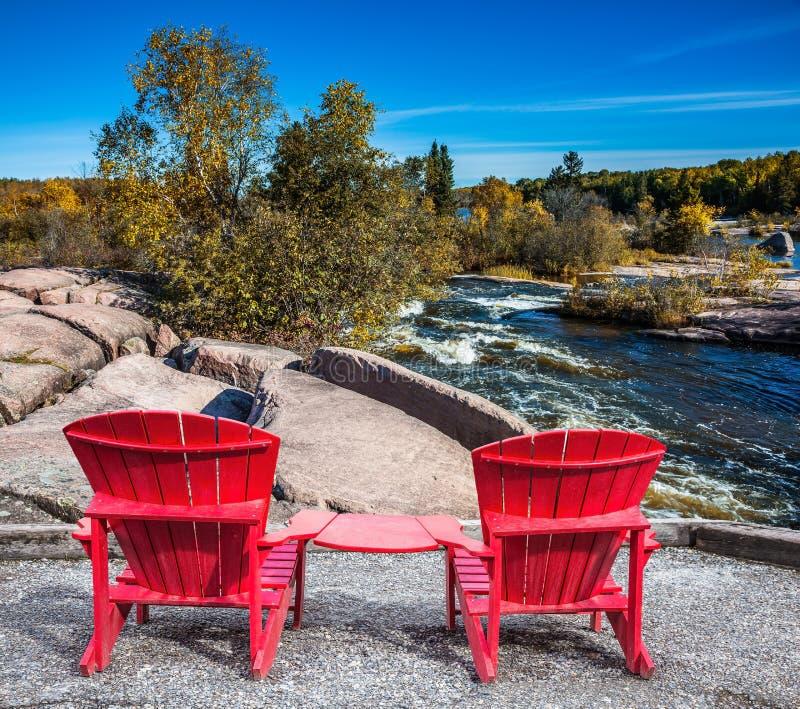 Två röda strandstolar royaltyfria bilder