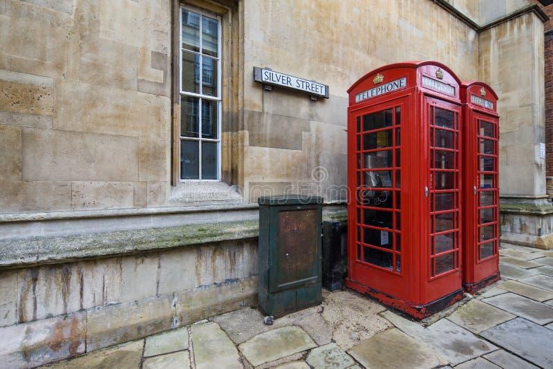 Två röda telefonaskar royaltyfri bild