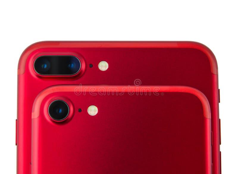 Två röda telefoner på de Kameror på smartphonesnärbild på en vit bakgrund fotografering för bildbyråer