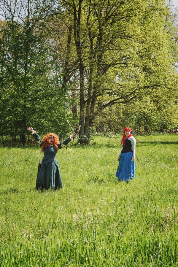 Två rödhåriga män i skogen under älvafantasimässan arkivbilder