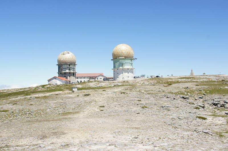 Två radartorn på överkanten av Torre - den högsta punkten av Portugal arkivfoto