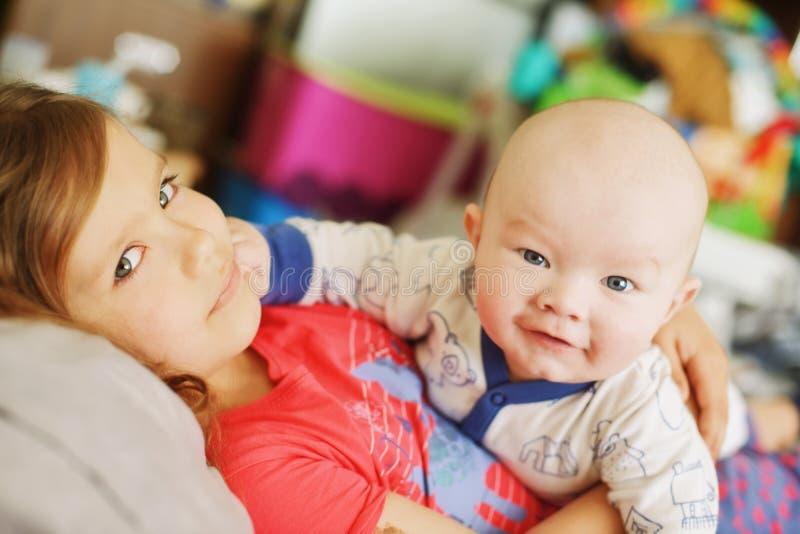Två roliga syskon arkivfoto