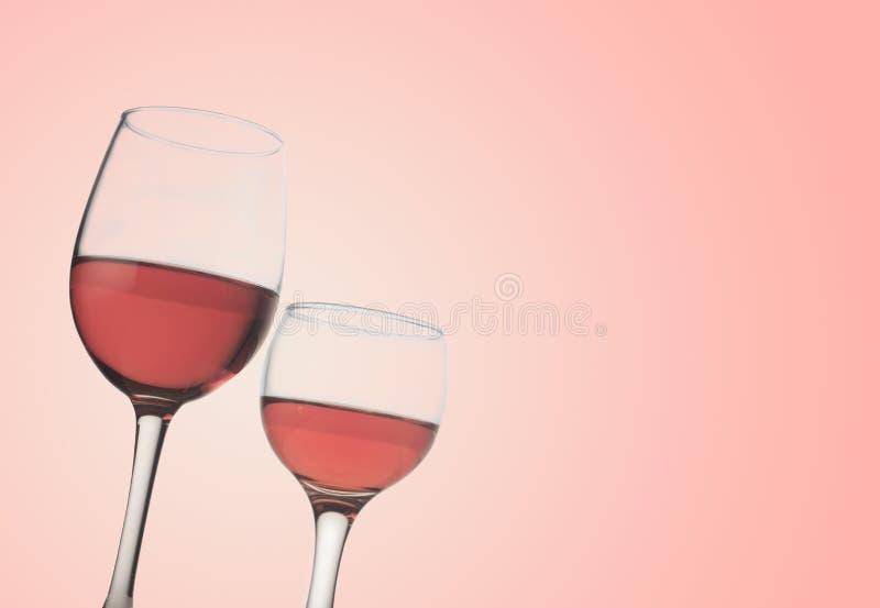 Två rosa vinexponeringsglas royaltyfri fotografi