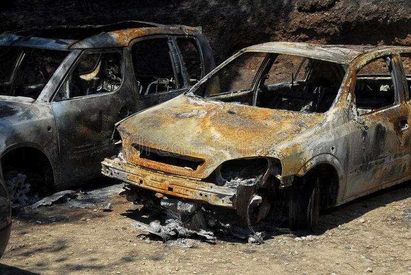 Två rostiga för brännskada bilar ut royaltyfri bild