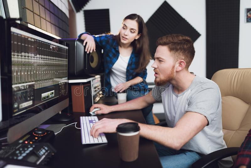 Två sångare och solida teknikerer i inspelningstudion arkivbild