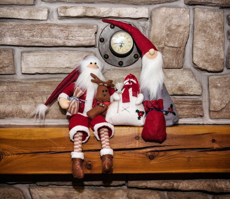 Två Santas och snögubbe, julgarnering fotografering för bildbyråer