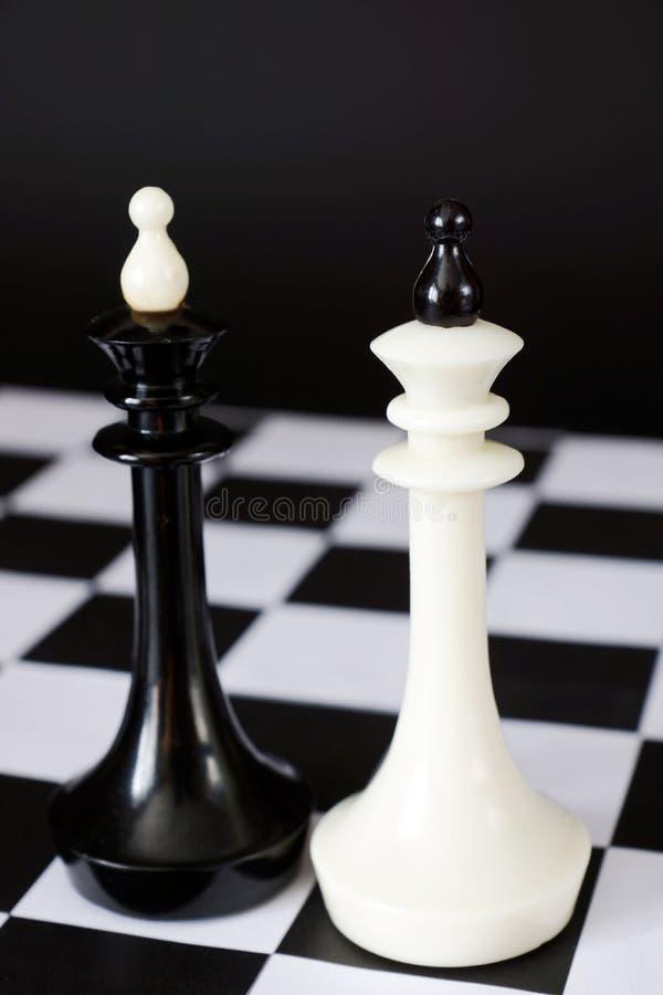 Två schackkonungar en framme av annan Kamp av jämbördiga konkurrenter arkivfoto